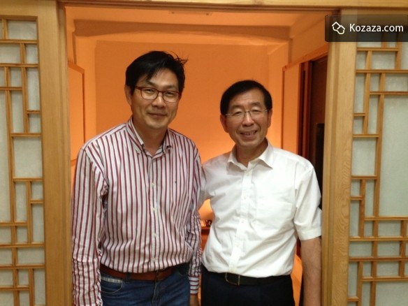 Kozaza team with Park, the Mayor of Share City Seoul at a HanokStay in Bukchon Village