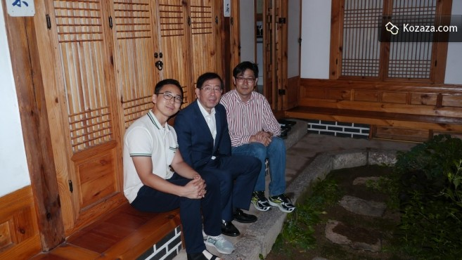 Kozaza CEO with Park, the Mayor of Share City Seoul at a HanokStay in Bukchon Village